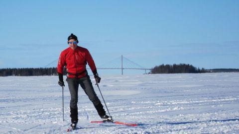På isen utanför Vasa 25 mars 2013. I bakgrunden skymtar Replotbron.
