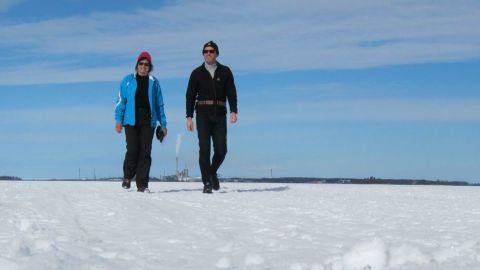 En solskenspromenad på isen utan för Vasa den 4 april 2013