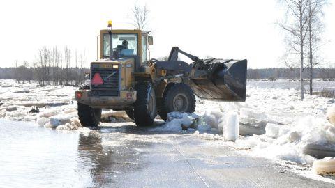 Isröjning på landsvägen i Staversby den 20 april 2013