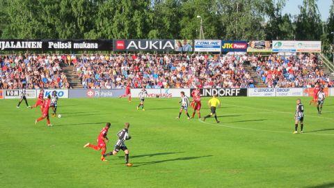 Ligamatch mellan VPS och Jaro i Sandviken inför storpublik. Soligt och varmt den 29 maj 2013.