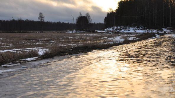 Promenadstråket är rena isgatan och snön som kom för en vecka sen är nästan borta, 12 december 2013.