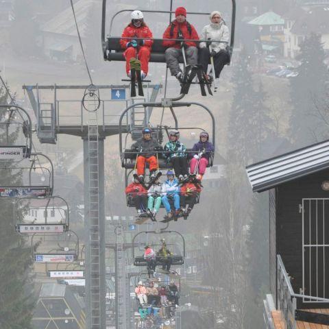 Fullsatta liftar i ett snöfattigt Harrachov.