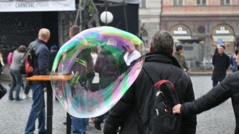 Barnen gjorde såpbubblor, modell större, i Prag.