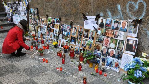 Ukraina i Prags gatubild. De omkomna i Kiev-demonstrationerna ihågkommes.