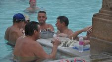 Schackspelande gubbar på Széchenyi badet. De finns där året runt.