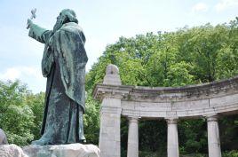 Sankt Gellert står staty halvvägs upp till Gellertberget.