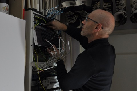 Demontering. Många kablar att märka och koppla loss.