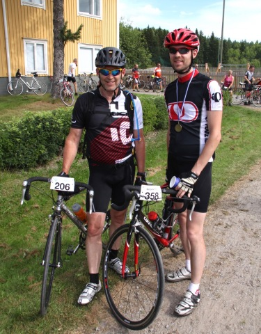 Två nöjda cyklister efter målgång i Botniacyklingen 2016.