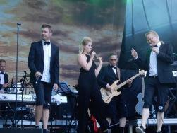 Gästartisten Essi Hellen fick plats mellan Timo Kärkkäinen och Antti Paavilainen