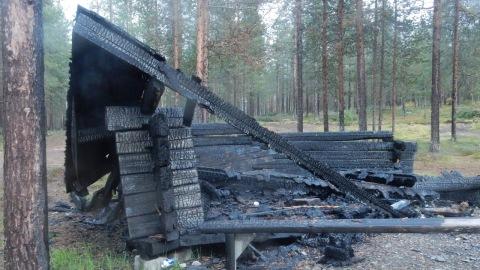 Resterna av vindskyddet vid Eturinne som brann i början på juli.