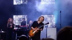 Christoffer Lundquist hanterar gitarren
