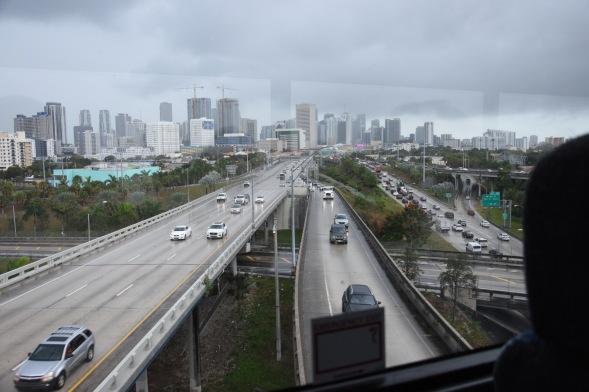 Ett regnigt Miami genom bussfönstret